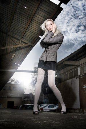 Photo pour Incroyable femme posant dans la rue - image libre de droit