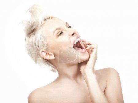 Photo pour Jeune femme blonde follement crier - image libre de droit
