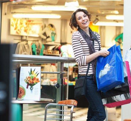 Foto de Linda chica morena sonriente en sus compras - Imagen libre de derechos