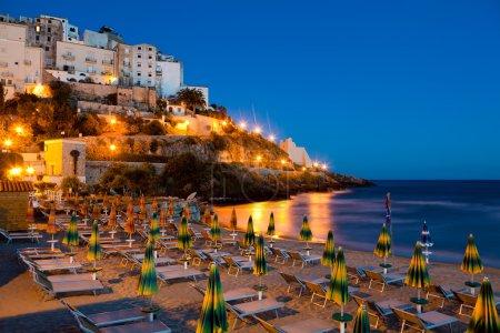Photo pour Vue de la plage et le rocher sur lequel le soir la belle ville italienne de sperlonga - image libre de droit