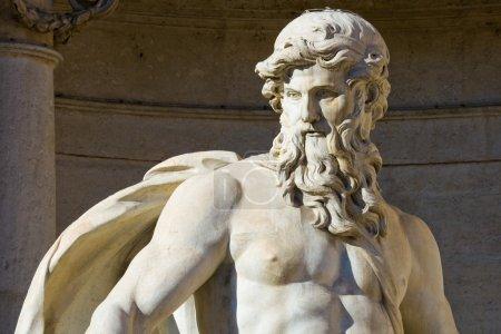 Photo pour Gros plan de la statue Neptune de la fontaine de Trevi à Rome, Italie - image libre de droit