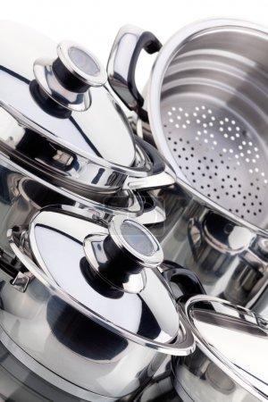 un ensemble de casseroles, en acier inoxydable
