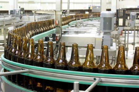 Photo pour Usine de bière Convoyeur intérieur - image libre de droit