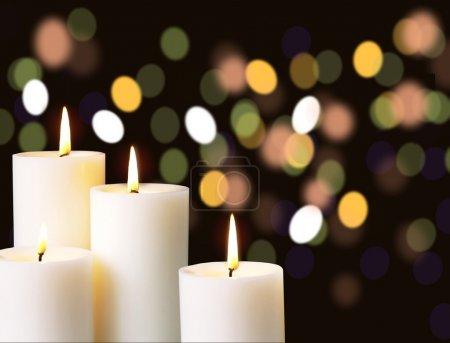 Photo pour Lumière de bougie avec fond de lumière floue - image libre de droit