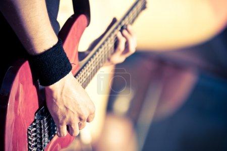 Photo pour Homme jouant à la guitare rouge - image libre de droit