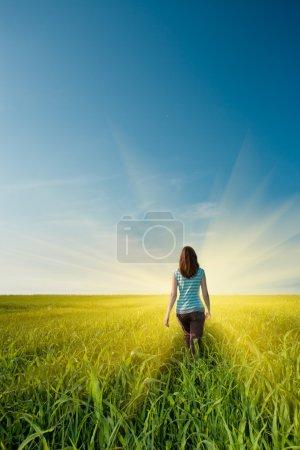 femme sur champ