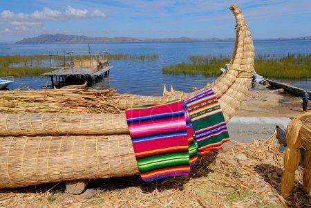 Photo pour Bateau typique en roseaux, bolivie - image libre de droit