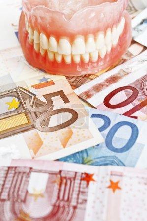 Photo pour Assurance-soins dentaires - concept avec la prothèse, les euros et les calculatrice - image libre de droit
