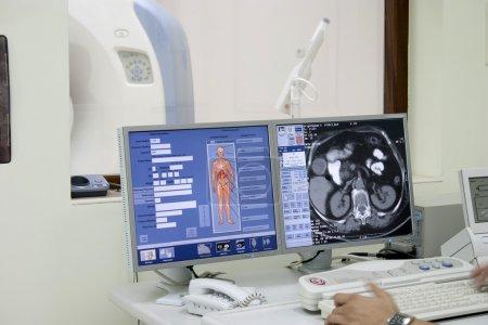 Photo pour Intérieur de la salle de scanner avec ordinateur et scanner à rayons X de travail . - image libre de droit