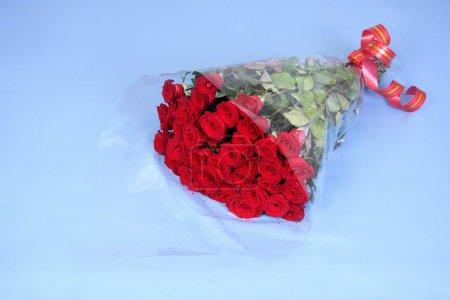 Photo pour Grand bouquet de roses sur bleu - image libre de droit