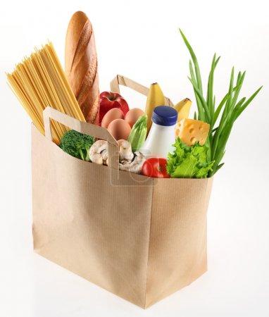 Photo pour Sac en papier avec de la nourriture sur un fond blanc - image libre de droit