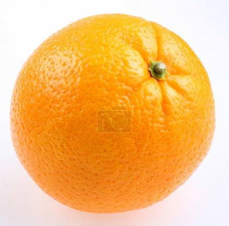 Photo pour Orange mûre avec feuilles sur fond blanc - image libre de droit