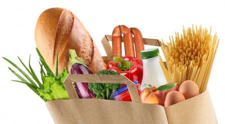 Foto de Bolsa de papel con alimentos sobre un fondo blanco - Imagen libre de derechos