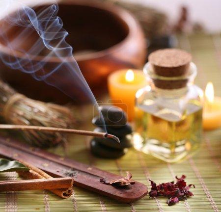 Photo pour Nature morte avec des bâtons d'arôme dans le salon spa. - image libre de droit