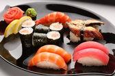 Uppsättning av japansk sushi på en tallrik