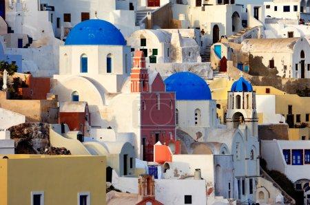 Photo pour L'image montre le village d'Oia de jour, sur la belle île de Santorin, Grèce - image libre de droit