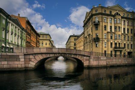 Photo pour Russie, Saint-Pétersbourg, Ponts du canal d'hiver près des bâtiments Musée de l'Ermitage - image libre de droit
