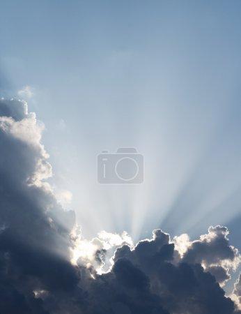 Photo pour Rayons spirituels du soleil à travers les nuages. Ciel fond vertical . - image libre de droit