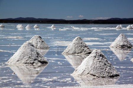 Photo pour Piramides salés à la surface du lac Uyuni en Bolivie - image libre de droit