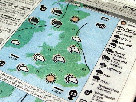 Photo pour Carte météo UK sur un journal - image libre de droit