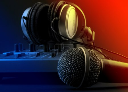 Foto de Micrófono con mezclador y auriculares - Imagen libre de derechos