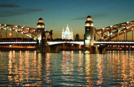 Photo pour Saint-Pétersbourg. Pont de nuit blanc sur la Neva - image libre de droit