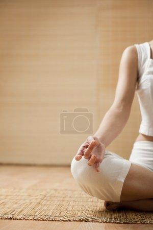 Photo pour Mains de la jeune femme, méditer, se concentrer sur la main - image libre de droit