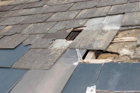 Photo pour Trou dans un toit en raison de la tempête ou de désintégration - image libre de droit