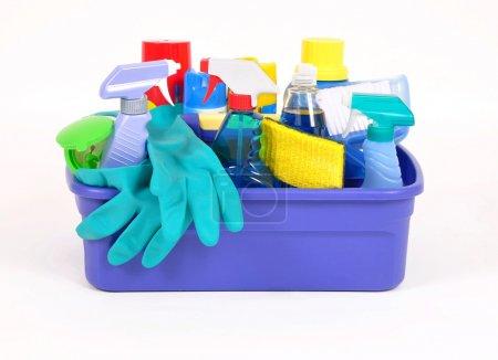 Photo pour Produits de nettoyage ménagers dans un récipient en plastique - image libre de droit