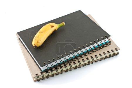 Photo pour Banane sur les ordinateurs portables, aller doucement pour l'éducation - image libre de droit