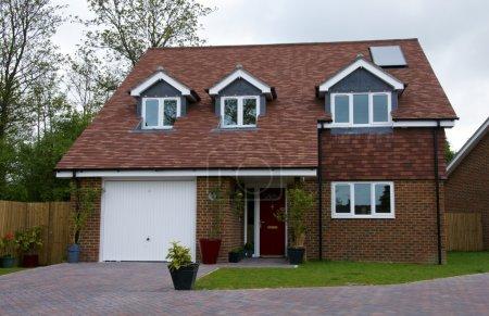 Photo pour Une maison individuelle avec un ciel couvert - image libre de droit