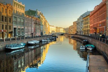 Photo pour Canal fluvial avec bateaux à Saint-Pétersbourg. Printemps - image libre de droit