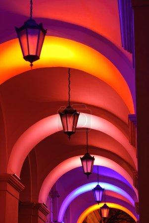 Photo pour Belles lampes dans le bâtiment de la mairie sur la place Rynok, Lviv, Ukraine - image libre de droit