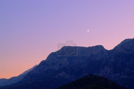 Foto de Luna nueva sobre montañas. Tono de imagen de alto rango dinámico mapeado - Imagen libre de derechos