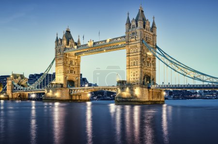 Photo pour Tower Bridge la nuit . - image libre de droit