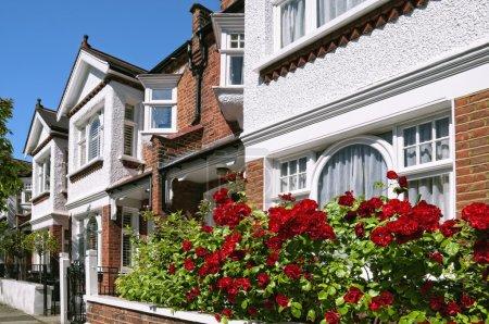 Photo pour Ligne de typiques maisons mitoyennes anglais à Londres. - image libre de droit
