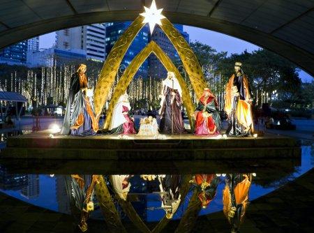 Photo pour Crèche de Noël avec les trois rois à makati city, philippines - image libre de droit