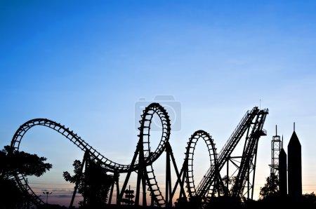 Photo pour Silhouette de montagnes russes ; coucher de soleil - image libre de droit
