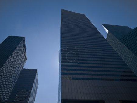 Photo pour Hauts gratte-ciel modernes sur fond de ciel bleu . - image libre de droit