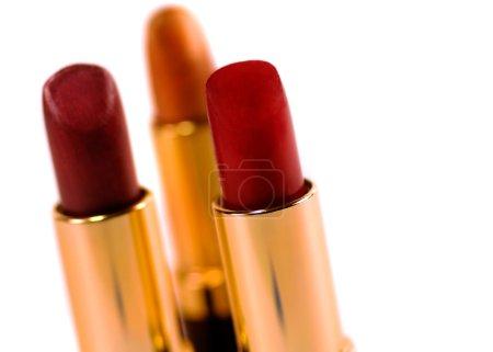 Photo pour Macro bouchent de trois rouges à lèvres sur fond blanc - image libre de droit