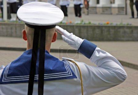 Foto de Saludos soldado azul marino en la ceremonia de la bandera nacional lituano - Imagen libre de derechos