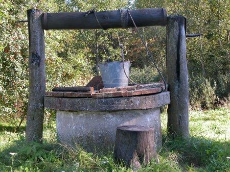 Photo pour Vieux puits pourri en milieu rural - image libre de droit