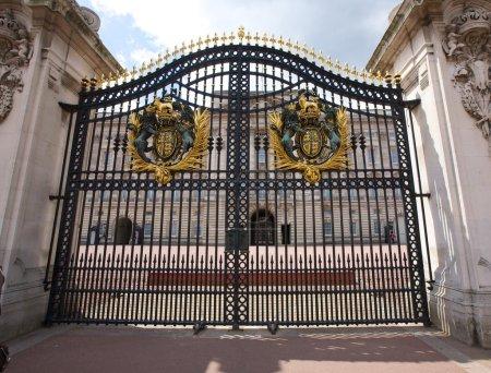Photo pour Vue du palais de Buckingham par la porte d'entrée - image libre de droit