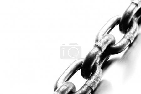 Photo pour Chaîne macro - industrielle lourde chaîne en acier macro, noir et blanc Highkey sur acier brossé, macro avec une profondeur de champ limitée - image libre de droit