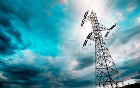 Photo pour Haute tension tour rétro-éclairé avec ciel idyllique - image libre de droit