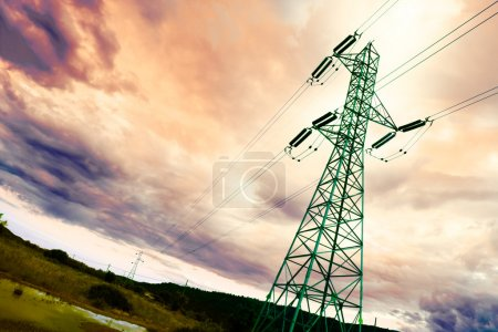 Photo pour Détail de tour haute tension avec ciel idyllique - image libre de droit