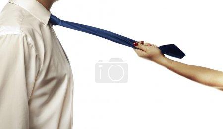 Photo pour Gros plan de femmes mains tirant sur une cravate mans - image libre de droit